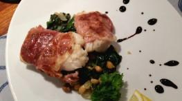 Torsk med serranoskinke, spinat og kikerter