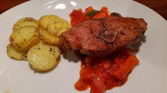 Lammekoteletter med grønnsaker i tomatsaus