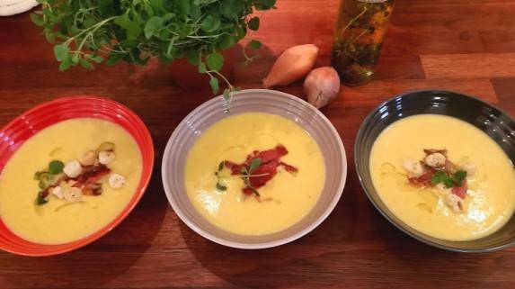 Kremet gul paprikasuppe med hint av søt chili