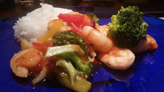 Scampi med wokede grønnsaker og søt chilisaus