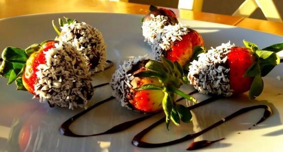 Jordbær dyppet i sjokolade og kokos