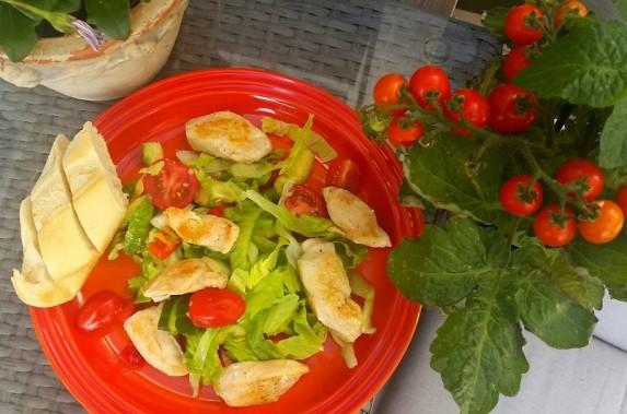 Salat er sommermat – lun kyllingsalat på menyen