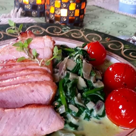 Sommerkoteletter med spinatstuing og kokte poteter