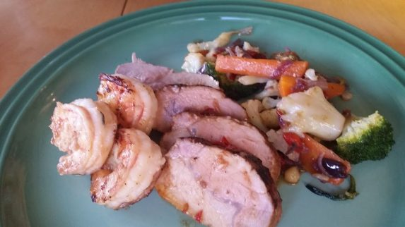 Soyamarinert svinefilet med wokede grønnsaker og scampi
