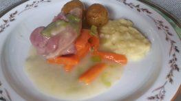 Kokt, salt lammekjøtt i saus med gulrøtter, purre og saltbakte morenepoteter