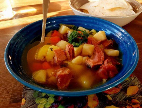 Høstsuppe kokt på svineknoke