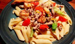 Sweetchili-marinert svinekjøtt og scampi i wok