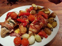 Kylling surret i bacon med basilikum